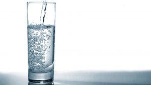 Elektrolity – jaką wodę powinien pić młody sportowiec i co jeść, żeby je uzupełnić?