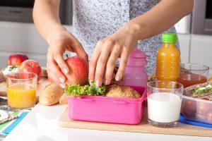 Jedzenie w podróży. Co dać dziecku do jedzenia na długą podróż?